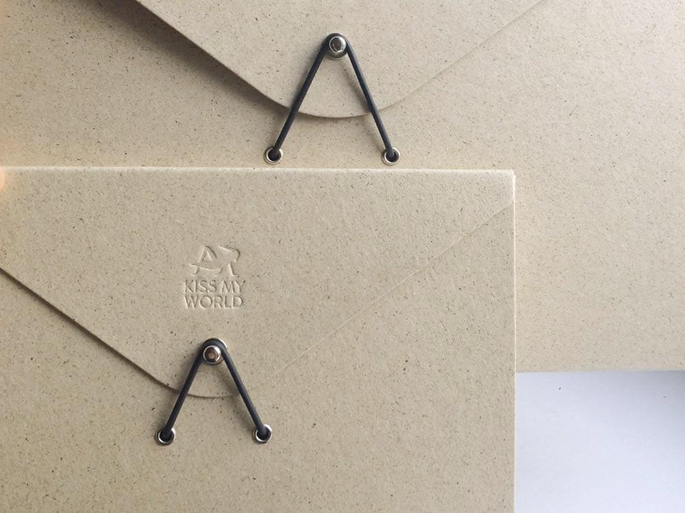 Dokumentenmappen, Kautschuk-Verschluss, Prägung, DIN A4, DIN A5, Graspapier, Kiss My World